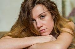Портрет нагой молодой красивой девушки с длинными волосами Стоковое Изображение