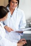 Портрет научных работников смотря рапорт стоковое изображение rf