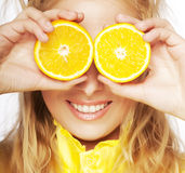 Портрет на молодой и здоровой женщине с апельсином стоковое изображение rf