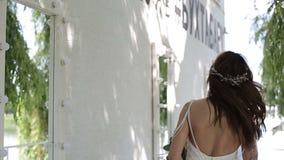 Портрет невесты в платье свадьбы с цветками видеоматериал