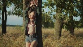 Портрет нежной азиатской красивой женщины на заходе солнца сток-видео
