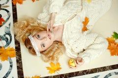 Портрет нежной чувственной белокурой девушки лежа на поле с Стоковая Фотография RF