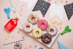 Портрет некоторых donuts на плите для партии ` s ребенка на дне рождения t Стоковые Изображения