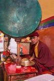 Портрет неопознанного буддийского монаха происхождения Drukpa во время церемонии утра моля в монастыре Hemis, Leh, Ladakh regio стоковое фото