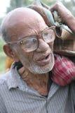 Портрет неопознанного случайного рабочого в Kumrokhali, Индии стоковое изображение