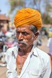 Портрет неопознанного человека rajasthani с традиционными оранжевыми тюрбаном и усиками Стоковое Изображение