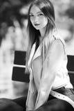 Портрет неофициальной модной девушки на стенде в парке, черно-белых цветах Стоковые Фотографии RF