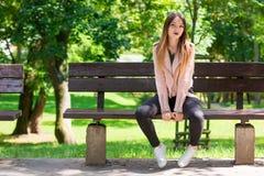 Портрет неофициальной модной девушки на стенде в парке Стоковая Фотография RF