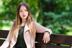 Портрет неофициальной модной девушки на стенде в парке Стоковые Фото