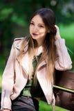 Портрет неофициальной модной девушки на стенде в парке Стоковые Фотографии RF