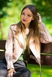Портрет неофициальной модной девушки на стенде в парке Стоковое фото RF