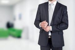 Портрет непознаваемого бизнесмена стоя в офисе Стоковое фото RF
