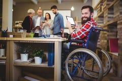 Портрет неработающего бизнесмена используя цифровую таблетку Стоковая Фотография RF