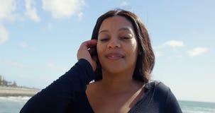 Портрет неработающей женщины смотря камеру на солнечный день 4k сток-видео
