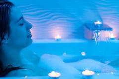 Портрет нижнего света окружающий женщины наслаждаясь ванной пены Стоковое Изображение
