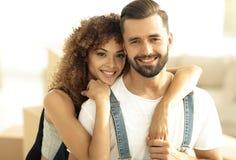 Портрет нов-пожененной пары мечтая покупать их квартиру Стоковые Фотографии RF