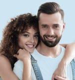 Портрет нов-пожененной пары мечтая покупать их apar Стоковые Изображения RF