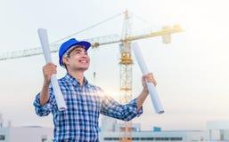 Портрет носки инженера голубой шлем безопасности и держит синь Стоковое Изображение RF