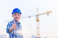 Портрет носки инженера голубой шлем безопасности с конструкцией Стоковая Фотография RF