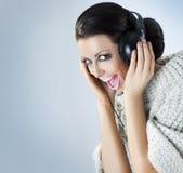 портрет нот наушников девушки слушая Стоковые Фотографии RF