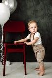 Портрет дня рождения 1 года симпатичного мальчика счастливого усмехаясь празднуя Один годовалый европейский мальчик сидя на поле Стоковая Фотография RF