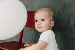 Портрет дня рождения 1 года симпатичного мальчика счастливого усмехаясь празднуя Один годовалый европейский мальчик сидя на поле Стоковое Фото