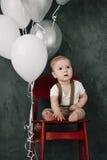 Портрет дня рождения 1 года симпатичного мальчика счастливого усмехаясь празднуя Один годовалый европейский мальчик сидя на поле Стоковые Фото