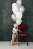 Портрет дня рождения 1 года симпатичного мальчика счастливого усмехаясь празднуя Один годовалый европейский мальчик сидя на поле Стоковая Фотография