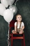 Портрет дня рождения 1 года симпатичного мальчика счастливого усмехаясь празднуя Один годовалый европейский мальчик сидя на поле Стоковое фото RF
