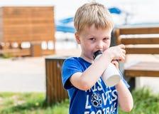 Портрет дня светлый питьевой воды мальчика внешний стоковые изображения