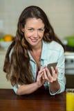 Портрет обмена текстовыми сообщениями молодой женщины на мобильном телефоне Стоковая Фотография