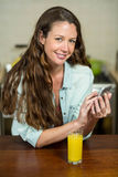 Портрет обмена текстовыми сообщениями молодой женщины на мобильном телефоне Стоковые Изображения RF