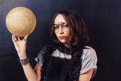 Портрет обольстительной девушки битника держа discoball золота Стоковые Изображения