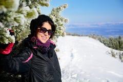 Портрет оборудованной женщины туристов на наклоне лыжи в Болгарию, Borovets Стоковые Изображения RF