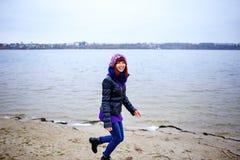 Портрет образа жизни женщины молодого кавказца тонкой бежит вдоль осени пляжа Стоковые Изображения RF