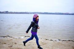 Портрет образа жизни женщины молодого кавказца тонкой бежит вдоль осени пляжа Стоковое Изображение RF