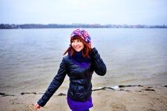 Портрет образа жизни женщины молодого кавказца тонкой бежит вдоль осени пляжа Стоковое Изображение