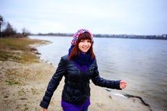 Портрет образа жизни женщины молодого кавказца тонкой бежит вдоль осени пляжа Стоковое фото RF