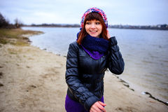 Портрет образа жизни женщины молодого кавказца тонкой бежит вдоль осени пляжа Стоковые Фото