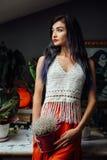 Портрет образа жизни конца-вверх девушки, нося ультрамодного связанного стиля шерстей богемского, шик hippie, цыганская мода стоковые фотографии rf