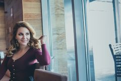 Портрет образа жизни красивой женщины смотря вне Стоковая Фотография