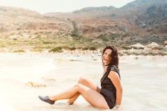 портрет образа жизни красивой молодой женщины на песчаном пляже стоковая фотография