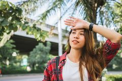 Портрет образа жизни лета молодой туристской азиатской женщины идя на улицу, носит рюкзак Стоковое Изображение