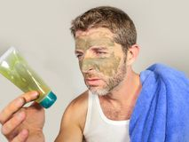 Портрет образа жизни молодого грязного смешного человека в ванной комнате при зеленая сторона смотря cream мужской продукт красот Стоковые Фотографии RF