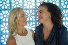 Портрет образа жизни молодых красивых и счастливых пар женских друзей с привлекательной кавказской женщиной и красивой афро латын Стоковая Фотография RF