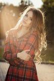 Портрет образа жизни молодой модели представляя на парке в лучах  стоковое изображение