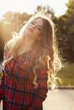 Портрет образа жизни молодой модели при длинное вьющиеся волосы представляя на стоковое изображение rf