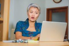 Портрет образа жизни счастливой и привлекательной элегантной середины постарел усмехаться азиатской бизнес-леди работая на столе  стоковое изображение rf