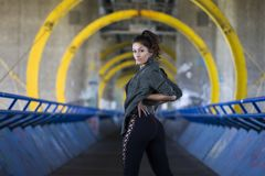Портрет образа жизни sportive женщины на мосте с граффити Стоковое Изображение