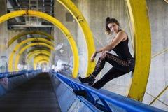 Портрет образа жизни sportive женщины на мосте с граффити Стоковая Фотография RF